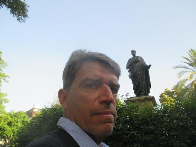 Nicolas Bonnal devant la statue de Sénèque à Cordoue. Tiens, un peu de Sénèque: