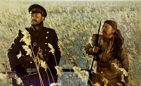 1902 : amitié entre un officier russe et un trappeur golde en Sibérie orientale (lac Hanka). Paysages prodigieux, cinéma du temps et de l'espace, américainsbalayés.