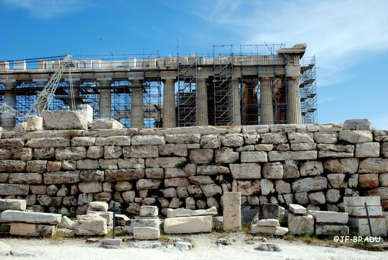 Le dégraissage de la Grèce antique (dite moderne) se poursuit : aux colonnes d'Hercule ont succédé les échafaudages…