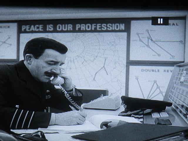 La guerre dégénère, affaire de routine et de fonctionnariat  (ici un bureaucrate British joué par Peter Sellers). On note le comique de mots : la paix est notre profession. Lisez Nicolas Bonnal sur le comique deKubrick.