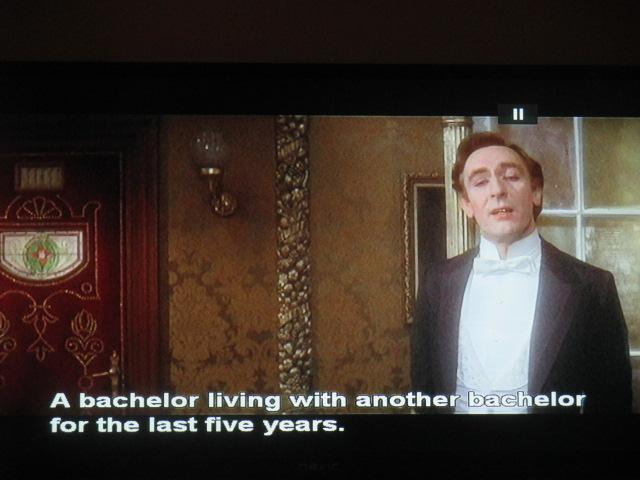 Sherlock feint l'homosexualité pour échapper aux danseuses russes ! Et voyez ce qu'il des Anglais, non mais ! Faites l'humour, pas la guerre des sexes!