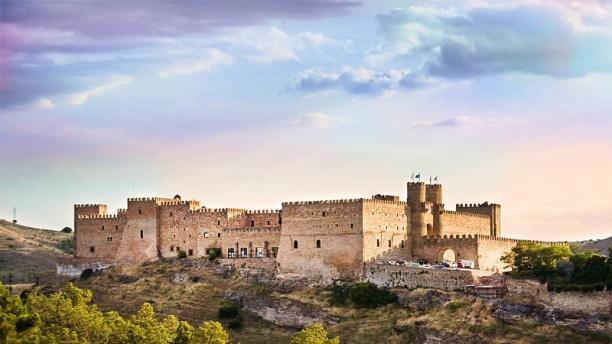 Qui ne fait de châteaux en Espagne (La Fontaine) ? Parador de Siguenza, où Nicolas Bonnal écrit ses livres., pour 80 euros. Un texte ici sur le parador de Jaen: