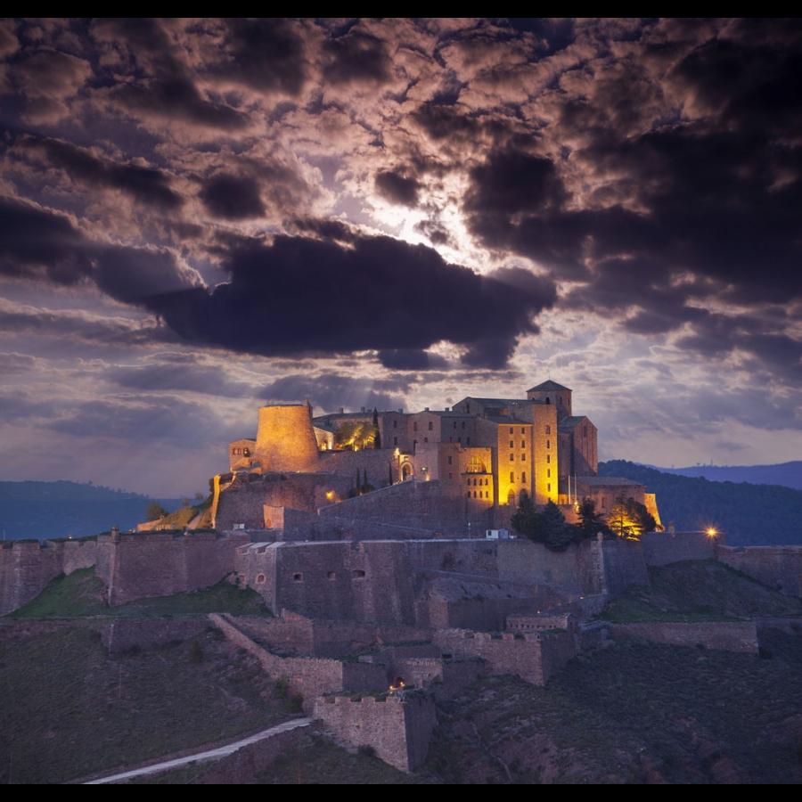 «Qui ne fait de châteaux en Espagne?»(La Fontaine). Ici un parador à 66 euros. Suivez le guide, NicolasBonnal.