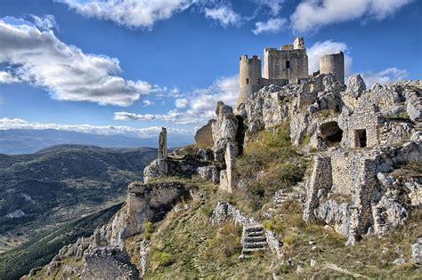 Frithjof Schuon et les hommes modernes aux racines coupées (ici Rocca Calascio, château du filmLadyhawke)