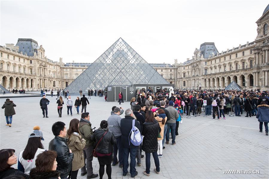 Paris n'existe plus. La destruction de Paris n'est qu'une illustration exemplaire de la mortelle maladie qui emporte en ce moment toutes les grandes villes, et cette maladie n'est elle-même qu'un des nombreux symptômes de la décadence matérielle d'une société. Mais Paris avait plus à perdre qu'aucune autre. C'est une grande chance que d'avoir été jeune dans cette ville quand, pour la dernière fois, elle a brillé d'un feu si intense (GuyDebord).
