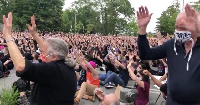 Maryland, USA : les visages pâles à genoux demandent pardon pour leur blancheur et renoncent à leur privilège blanc. Mais qui leur donnera le coup de race ? Satan, prend pitié de leur longuemisère…