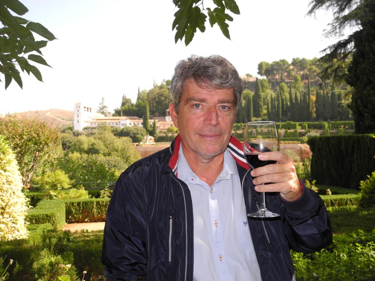 Blog fermé et confiné. Du Baudelaire et de l'Alhambra pour la peine : «En toi je tomberai, végétale ambroisie, Grain précieux jeté par l'éternel Semeur, Pour que de notre amour naisse la poésie Qui jaillira vers Dieu comme une rare fleur!» Ou alors du Victor Hugo en hommage aux arabes : «L'Alhambra ! l'Alhambra ! palais que les Génies Ont doré comme un rêve et rempli d'harmonies, Forteresse aux créneaux festonnés et croulants, Ou l'on entend la nuit de magiques syllabes, Quand la lune, à travers les mille arceaux arabes, Sème les murs de trèfles flancs!